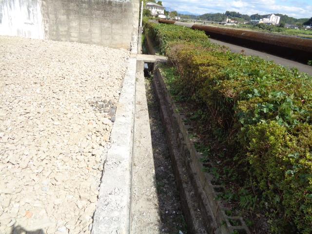 敷地堤防側